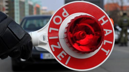 Schon am frühen Ostersonntag stoppten die Beamten in Wolfsburg zwei betrunkene Autofahrer (Symbolbild).