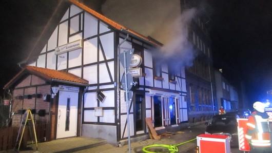 Den Einsatzkräften schlug bei ihrem Eintreffen Rauch aus Fenstern und Dach von Marions Schinderhannes entgegen.