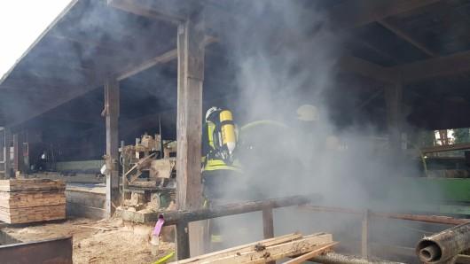 Offenbar hatte sich seit Samstag ein Schwelbrand im Spänebunker unter einer Säge entwickelt.