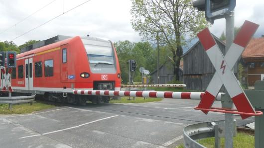 Ein Verkehrssicherungsposten hat mit fünf Promille einen Bahnübergang bedient (Symbolbild).