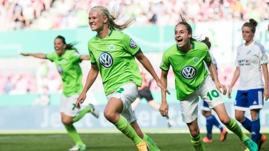 Pernille Harder vom VfL Wolfsburg kann jubeln: Sie traf im Pokal-Halbfinale zwei Mal für den VfL Wolfsburg (Archivbild).