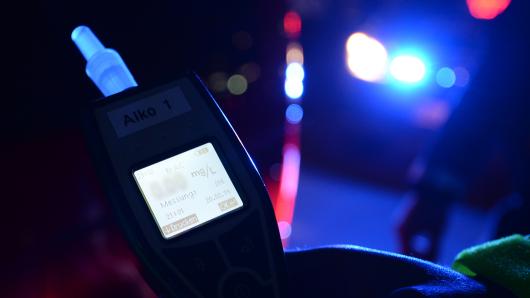 Durch einen Alkoholtest hat sich der Verdacht bestätigt: der Mann hatte 1,03 Promille.