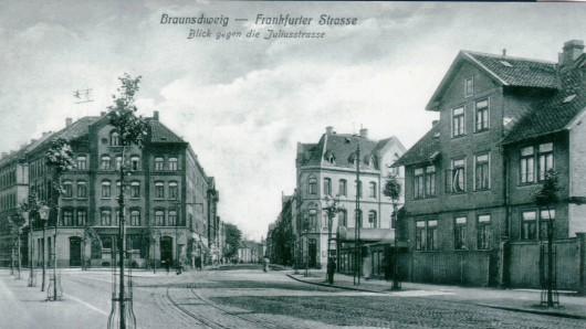 Diese Postkarte aus dem Jahr 1913 zeigt den Blick in die Frankfurter Straße - nicht wie beschrieben in die Juliusstraße. Diese befindet sich auf der linken Seite. Das Gebäude zwischen den Straßen gibt es heute noch: Früher war dort die altdeutsche Bierstube und heute ist dort das Restaurant Gambit.