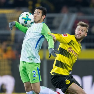 Wolfsburgs William (l) und Dortmunds Andey Yarmolenko kämpfen um den Ball.