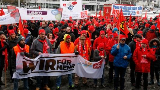 Ein Mitglieder der IG Metall demonstrieren während eines Warnstreiks am Hauptbahnhof. (Symbolbild)
