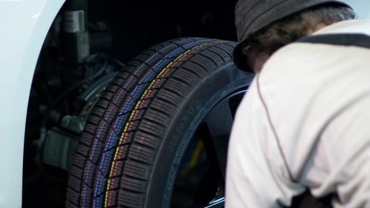 Ein Kastenwagen hat seinen Reifen verloren und dadurch einen Unfall verursacht (Symbolbild).