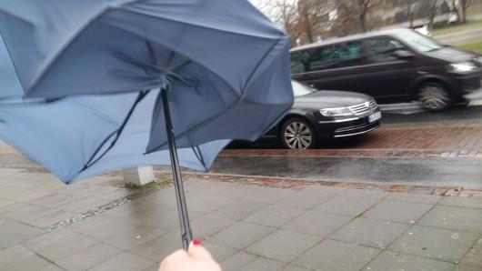 Regenschirme geben bei diesen Windstärken ganz schnell ihren Geist auf.