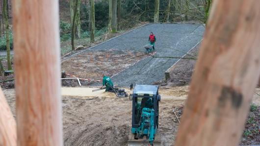 Gärtner im Einsatz auf der Gartenschau-Baustelle.