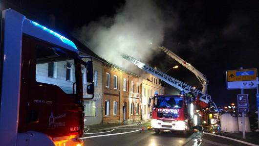 Der Dachstuhl ist komplett niedergebrannt. Die Feuerwehr ist mit zwei Drehleitern vor Ort.