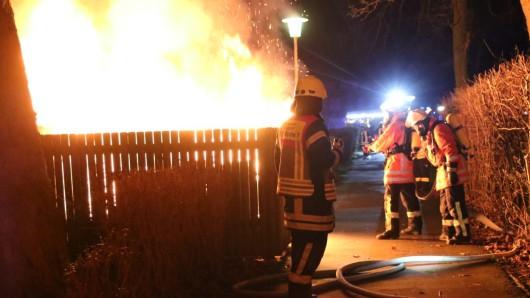 In der Engelstedter Straße brannte die Containerstation bereits lichterloh, als die Feuerwehr eintraf.