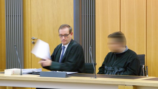Der angeklagte Ex-Wachmann (r.) mit seinem Verteidiger Claus Mielke.