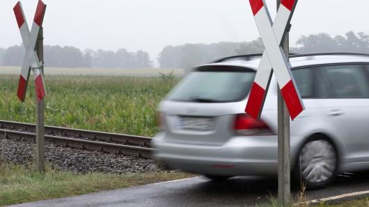 Drei unbeschrankte Bahnübergänge sorgen in Braunschweig dafür, dass die Bahn nur 30 anstatt 80 Stundenkilometer fahren darf (Symbolbild).