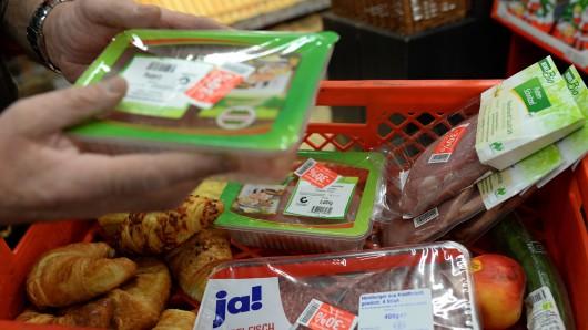 An mehreren Stellen in Salzgitter werden Lebensmittel geteilt. (Archivbild)