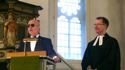 Wolfgang Müller und Pfarrer Olaf Brettin beim Gottesdienst.
