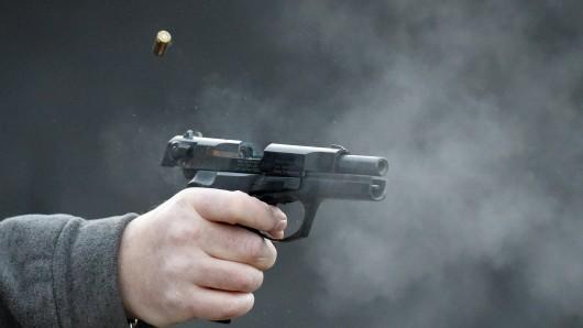 Die jungen Männer sollen mit einer Schreckschusspistole geschossen haben (Symbolbild).