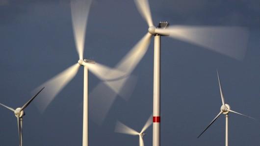 Dunkle Wolken über dem Landkreis Helmstedt: Landrat Gerhard Radeck (CDU) warnt den Regionalverband Großraum Braunschweig davor, Windkraft-Pläne gegen den Willen der Einwohner und Kommunalpolitiker durchzusetzen (Symbolbild).
