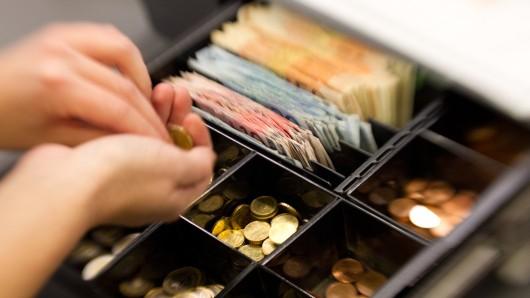 Die Täter klauten eine Kasse in der rund 100 Euro Wechselgeld waren (Symbolbild).