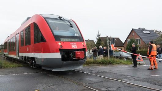 Am 22. Oktober vergangenen Jahres fanden Messfahrten zwischen Wendeburg und Braunschweig statt - sowohl mit Personen- als auch mit Güterzügen. Hier passiert ein Triebwagen den Bahnübergang Watenbüttel.