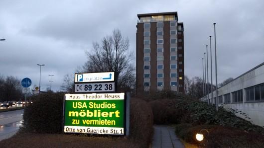 Zum 31. Dezember hatte der Eigentümer den Mietern im Hochhaus an der Otto-von-Guericke-Straße gekündigt. Doch noch immer leuchtet die Werbung für die dortigen USA-Studios möbliert.