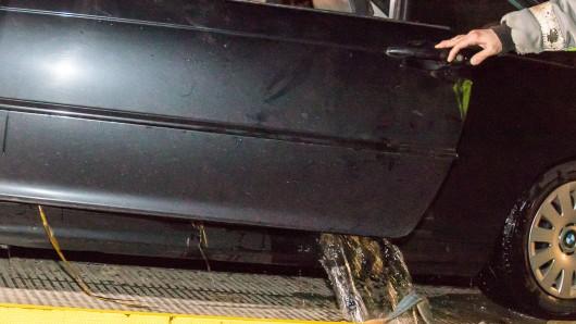 Als die Helfer die Tür des Wagens öffnen, schwappte es ihnen entgegen.