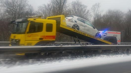 Erwischt hat es auch den Fahrer dieses inzwischen auf den ADAC-Wagen geladenen VW Golf: Zwischen Flöthe und Wolfenbüttel-Süd hat es am Samstagvormittag mehrere Unfälle gegeben.