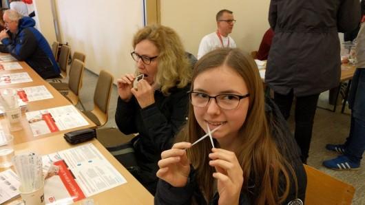 Zu den vielen Freiwilligen in Bechtsbüttel gehören auch Julia Präger (18) und ihre Mutter Inge (51). Ich wollte mich schon länger bei der DKMS anmelden, war aber noch nicht 18, erzählt Julia. Und ihre Mutter ergänzt: Wir freuen uns, vielleicht helfen zu können.