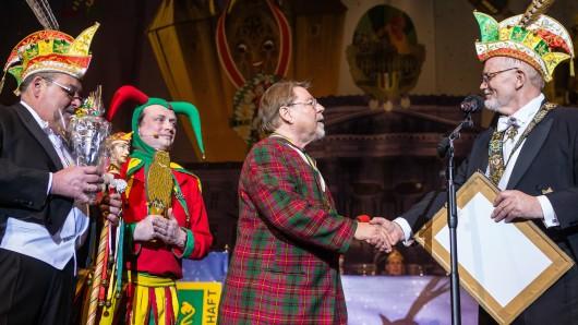 Jürgen von der Lippe nimmt beim Büttenabend den Orden Till - der Schelm - ein Mensch entgegen.