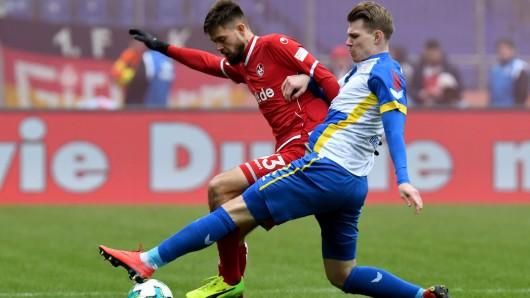 Steve Breitkreuz (r.) kämpft mit dem Torschützen zum 0:1, Lukas Spalvis, um den Ball.