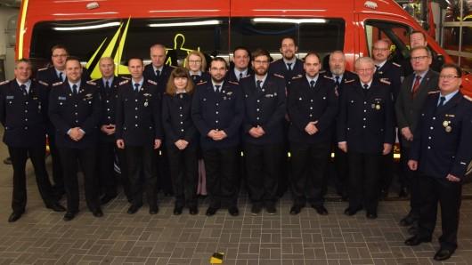 Die während der Hauptversammlung beförderten beziehungsweise für ihre Leistungen geehrten Mitglieder der Freiwilligen Feuerwehr Schöningen.