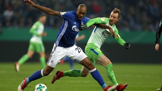Schalkes Naldo (l) und Wolfsburgs Maximilian Arnold (r) im Zweikampf.