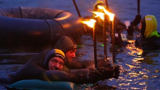 Das Fackelschwimmen in der Aller bei Celle ist eine Tradition. (Archivbild)