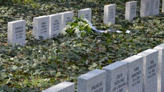 Auf der Fläche vor den Gräbern soll eine Gedenkstätte entstehen.