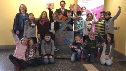 Die Schüler der Klasse 3K freuen sich gemeinsam mit Schulleiterin Angelika Jegerlehner, BraWo Braunschweig Leiter Carsten Ueberschär und Lehrerin Anke Trümper über den Sportoskar.
