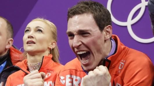 Aljona Savchenko und Bruno Massot freuen sich über die Wertung ihrer Kür.
