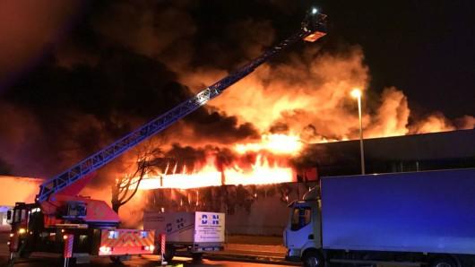 Wegen des Großfeuers gab die Polizei sogar eine Warnung an die Autofahrer auf der A2 heraus.