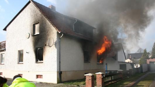 Als die Feuerwehr am Haus im Drömlingsweg eintraf, schlugen die Flammen bereits aus dem Fenster. (Archivbild)
