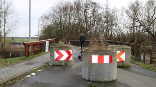 Die marode Okerbrücke in Leiferde ist schon seit Juni 2016 für den Kfz-Verkehr gesperrt (Archivbild).
