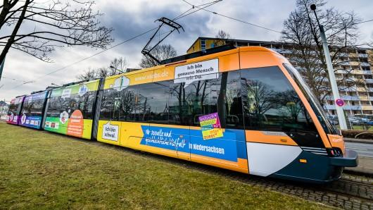 So sieht die Regenbogen-Straßenbahn aus, die in den nächsten Wochen durch Braunschweig verkehren wird.