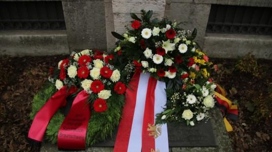 Die Kränze liegen am Jasper-Denkmal in Braunschweig.