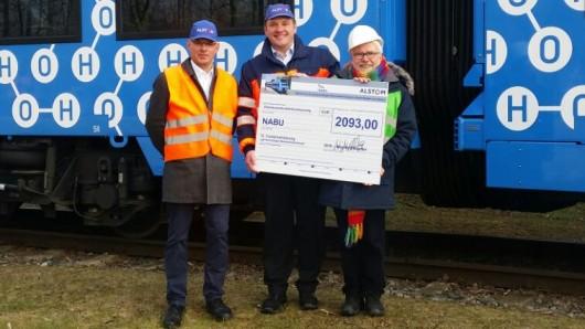 Frank Otto und Jörg Nikutta von Alstom übergeben den Spendenscheck an Lutz Weder vom Naturschutzbund.