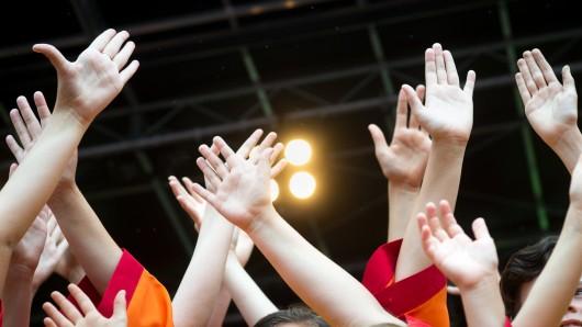 Zahlreiche Kinder können am Karfreitag singen und tanzen.