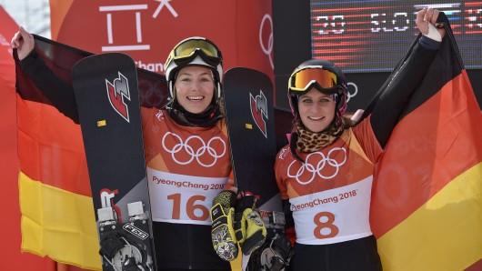 Selina Jörg (l, Silber) aus Deutschland jubelt im Ziel mit Ramona Theresia Hofmeister (Bronze)aus Deutschland.