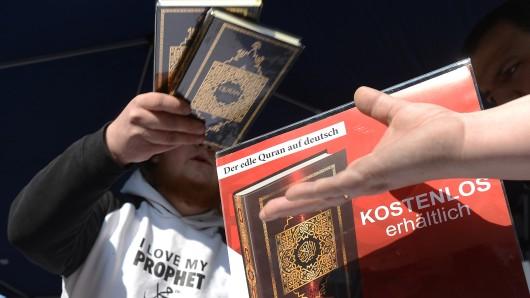 Ein Islamist verteilt in der Innenstadt kostenlose Koran-Exemplare an Passanten (Archivbild).