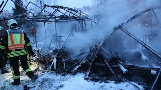 Nicht mehr zu retten: Die Gartenhütte und das Gewächshaus sind komplett abgebrannt.