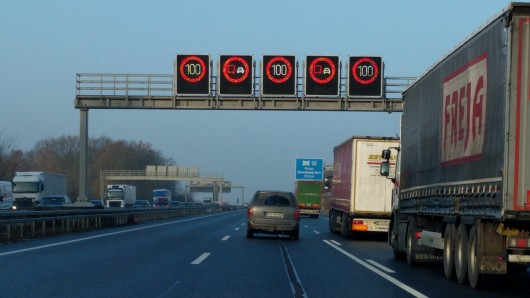 Die sogenannten Steckenbeeinflussungsanlagen werden in der Verkehrsmanagementzentrale in Hannover gesteuert.