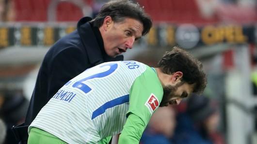 Bruno Labbadia bei seinem Trainer-Debüt im Spiel des VfL beim FSV Mainz: Hier gibt er Admir Mehmedi  Anweisungen.