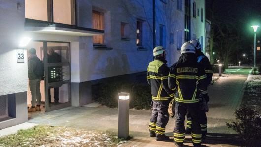 Einsatzkräfte der Wolfsburger Berufsfeuerwehr vor dem Unglückshaus in der Allerstraße.