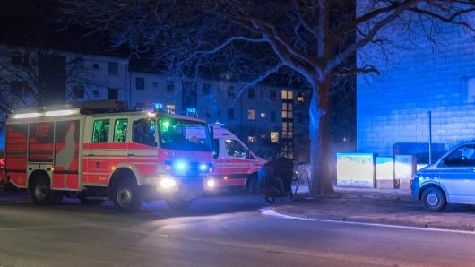 Nach einer gewaltigen Explosion in einer Wohnung in der Allerstraße in Wolfsburg war ein Großaufgebot an Einsatzkräften vor Ort.