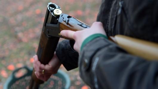 Ein 49-Jähriger hatte sein Gewehr ungesichert auf die Autorückbank gelegt - und dann seinen Schwiegervater in den Unterleib getroffen (Symbolbild).