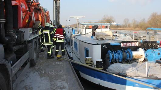 Mitarbeiter einer Spezialfirma pumpten das Wasser aus dem Rumpf, das den Frachter jede Stunde zwei Zentimeter tiefer in den Kanal drückte.